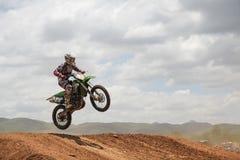 Salto del cavaliere di motocross fotografia stock libera da diritti