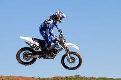 Salto del cavaliere di motocross Fotografia Stock