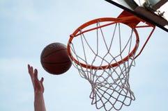 Salto del cerchio di pallacanestro Immagini Stock