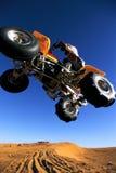 Salto del coche de cuatro ruedas Fotografía de archivo