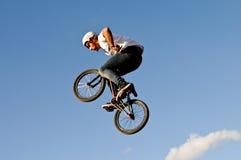 Salto del conejito de BMX visto en los cielos azules Fotografía de archivo