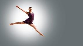 Salto del danzatore della donna Immagini Stock Libere da Diritti