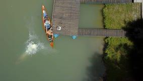 Salto del fiume di vacanze estive stock footage
