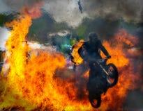Salto del fuego de la moto del truco Imagenes de archivo