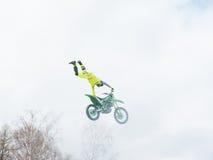 Salto del gancho agarrador de la cola de la mano del jinete uno del estilo libre del motocrós Imagen de archivo