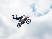 Salto del gancho agarrador de la cola del jinete del estilo libre del motocrós Fotos de archivo libres de regalías