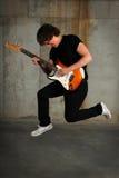 Salto del guitarrista Imagenes de archivo