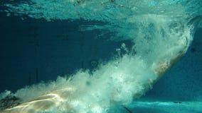 Salto del hombre en piscina almacen de metraje de vídeo