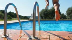 Salto del hombre en piscina metrajes