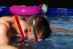 Salto del hombre en una piscina portátil foto de archivo libre de regalías