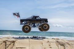 Salto del monster truck fotografía de archivo