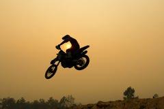 Salto del motocrós de la silueta Fotografía de archivo libre de regalías