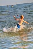 Salto del muchacho Imagen de archivo