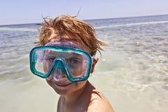 Salto del muchacho en el océano Fotografía de archivo libre de regalías
