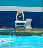 Salto del muchacho en piscina Imagen de archivo