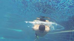 Salto del muchacho en piscina almacen de video