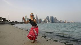 Salto del oeste de la mujer de la bahía de Doha almacen de video