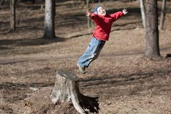 Salto del pequeño niño Imagenes de archivo