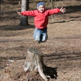 Salto del pequeño niño Imágenes de archivo libres de regalías