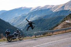 Salto del rotolo della roccia n da felicità montagna di avventura del motociclo, enduro, fuori dalla strada, bella vista, strada  fotografia stock libera da diritti