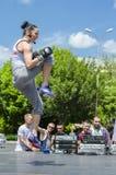 Salto dell'istruttore di forma fisica Immagine Stock