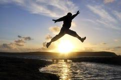 Salto dell'uomo della siluetta. Immagini Stock Libere da Diritti