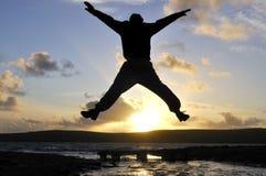 Salto dell'uomo della siluetta. Immagine Stock Libera da Diritti