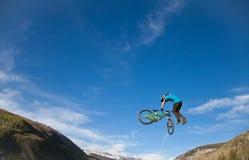 Salto della bici durante il finale di Slopestyle Fotografia Stock