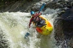 Salto della cascata del kajak Immagine Stock
