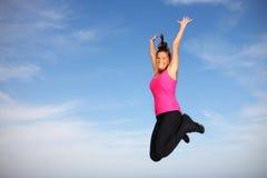 Salto della donna abbastanza giovane Fotografia Stock