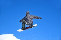 Salto della ragazza dello Snowboarder Immagine Stock