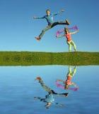 Salto delle coppie su erba Immagini Stock Libere da Diritti