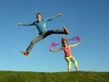 Salto delle coppie su erba Fotografie Stock