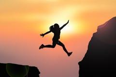 Salto delle donne della siluetta Fotografia Stock