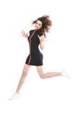 Salto desportivo de sorriso da mulher isolado em um branco imagens de stock