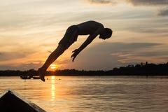 Salto di acqua contro il tramonto immagine stock libera da diritti