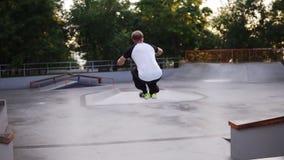 Salto di atleta per parco di allenamento del parco di pattinaggio della città Esercitazione gratuita di Acrobat L'uomo che fa la  stock footage