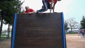 Salto di due uomini sopra l'ostacolo alto archivi video
