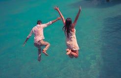 Salto di felicità delle coppie Immagini Stock Libere da Diritti