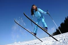 Salto di giovane sciatore fotografia stock
