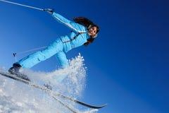 Salto di giovane sciatore felice Fotografie Stock