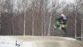 Salto di motocross di inverno video d archivio