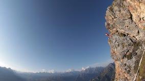 Salto di paracadute estremo dalla cima della montagna Base che salta, movimento lento archivi video