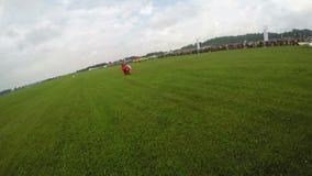 SALTO DI PARACADUTE Salto di paracadute eccellente Un uomo sta volando nell'aria nella caduta libera stock footage