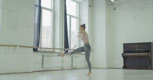 Salto di pratica di balletto della ballerina nello studio di ballo archivi video