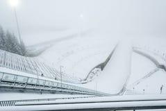 Salto di sci di Holmenkollen nel fogg, Oslo, Norvegia Immagine Stock Libera da Diritti