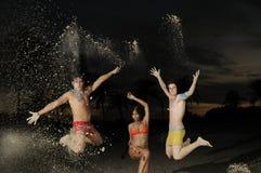 Salto diverso feliz del grupo Imagen de archivo