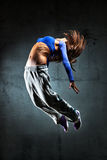 Salto do dançarino da mulher nova Fotografia de Stock
