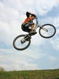 Salto do motociclista da montanha Fotos de Stock Royalty Free