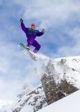 Salto do penhasco do Snowboard Imagens de Stock